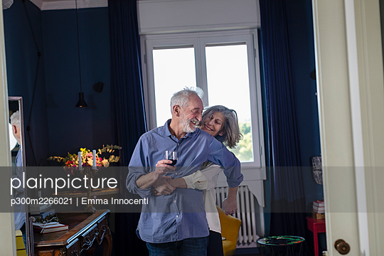 sophisticated senior couple in their living room at home. Florence, Tuscany, Italy - p300m2266021 von Emma Innocenti
