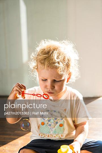 Kind macht Seifenblasen - p427m2013363 von R. Mohr