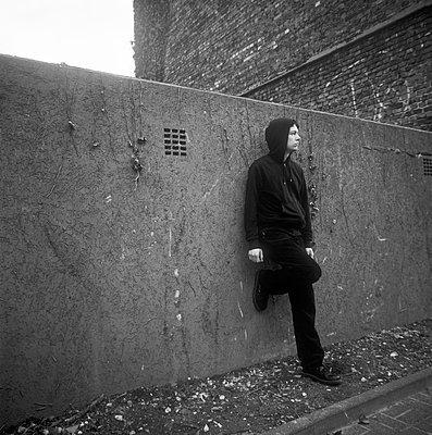 An einer Mauer warten - p1199m1072850 von Claudia Jestremski