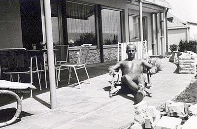 Young man sunbathing on terrace - p1541m2116873 by Ruth Botzenhardt