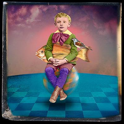 Kind auf einer Weltkugel - p1693m2294967 von Fran Forman
