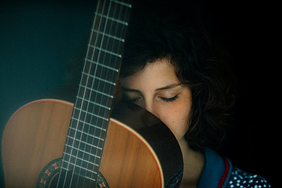 Portrait of young woman with guitar - p300m2171305 by Oxana Guryanova