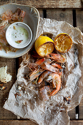 Shrimp with lemon and dipping sauce - p555m1409399 by Shestock