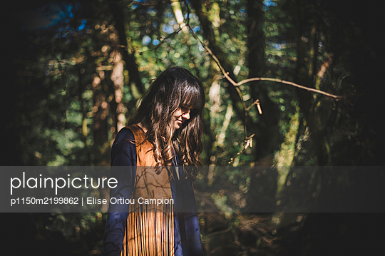 Young woman with brown hair in the forest - p1150m2199862 by Elise Ortiou Campion