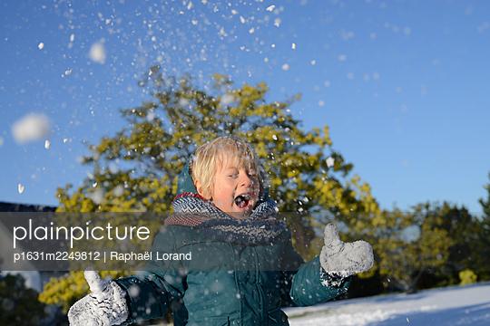 Toddler throwing snow - p1631m2249812 by Raphaël Lorand