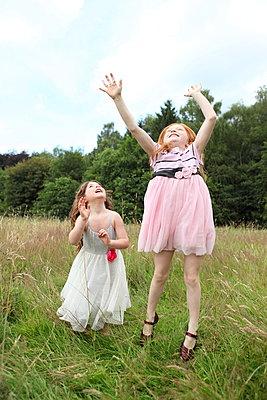 Little girls on a meadow - p045m944684 by Jasmin Sander