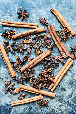 Cinnamon sticks and star anise - p429m2068562 by Magdalena Niemczyk - ElanArt