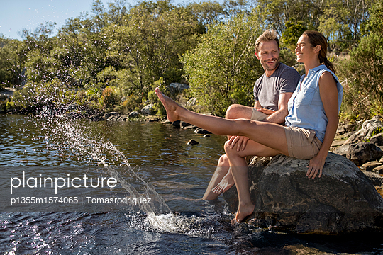 Paar entspannt am Seeufer - p1355m1574065 von Tomasrodriguez