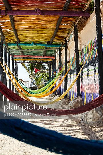 Bunte Hängematten, Papaya Playa - p1499m2038667 von Marion Barat