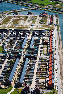 Housing area 'City of the sun' - p1120m925929 by Siebe Swart