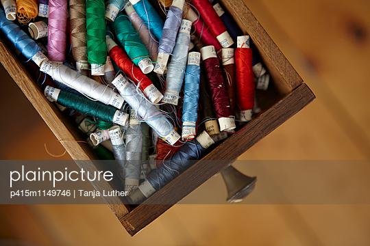 Garnrollen in Schublade - p415m1149746 von Tanja Luther