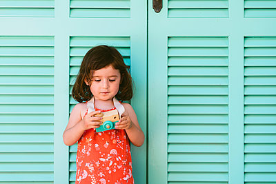 Portrait of little girl with wooden toy camera - p300m2131886 by Gemma Ferrando