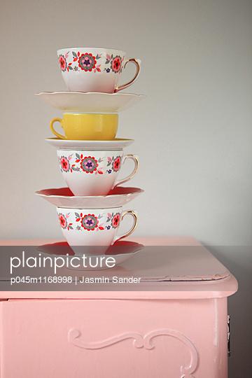 Porzellantassen-Stapel - p045m1168998 von Jasmin Sander