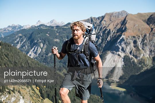 Junger Wandersmann in den Bergen  - p1142m2056571 von Runar Lind