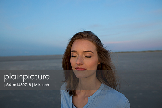 Portrait of  young woman with closed eyes - p341m1480718 by Mikesch