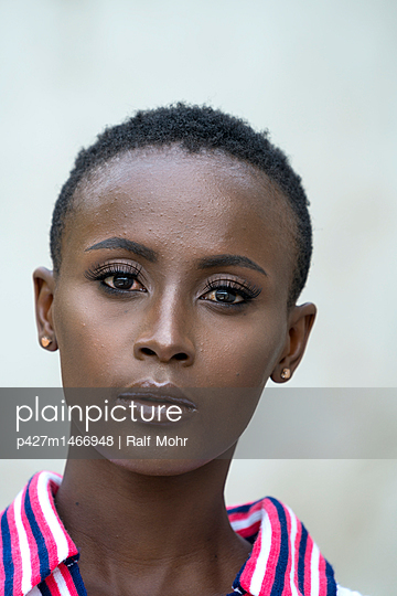 Portrait of African woman - p427m1466948 by Ralf Mohr