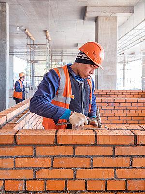 Rohbauarbeiten auf einer Baustelle mit Bauarbeitern - p390m2076217 von Frank Herfort