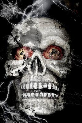 Totenkopf in einer Geisterbahn auf einem Jahrmarkt - p9790382 von Weber-Decker