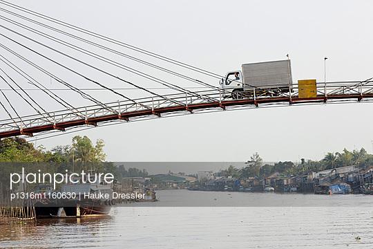 Hängebrücke über Mekong Kanal, Long Xuyen, An Giang Provinz, Vietnam - p1316m1160630 von Hauke Dressler