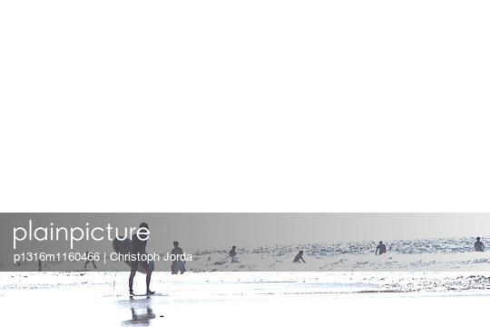 Surfer am Strand, Istmo de la Pared, Fuerteventura, Spanien - p1316m1160466 von Christoph Jorda