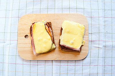 Brot mit Schinken und Käse - p1466m1589478 von Stefanie Giesder