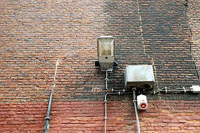 Elektroinstallation an einer Hauswand - p9791283 von visual2020vision