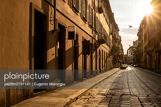 Empty streets in the city of Milan during the Corona Virus lockdown period - p429m2191141 by Eugenio Marongiu