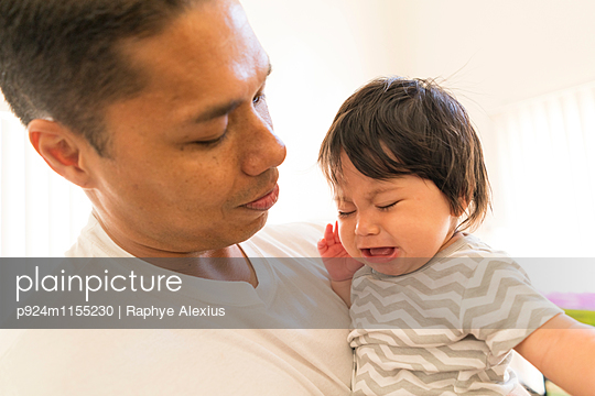 Father comforting crying baby - p924m1155230 by Raphye Alexius