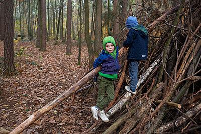 Kinder im Wald - p1308m2301243 von felice douglas