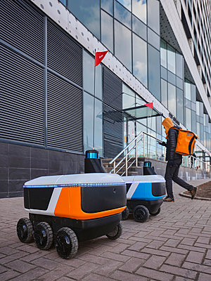 Autonomous delivery and delivery by mobile robots - p390m2279051 by Frank Herfort