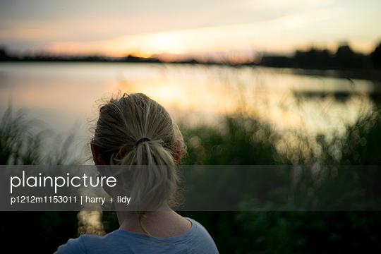 Frau am Ufer bei Sonnenuntergang - p1212m1153011 von harry + lidy