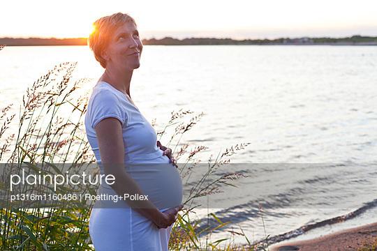 Schwangere Frau am Cospudener See, Leipzig, Sachsen, Deutschland - p1316m1160486 von Roetting+Pollex