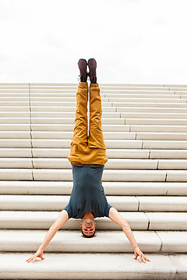Handstand auf Treppe - p045m1181958 von Jasmin Sander