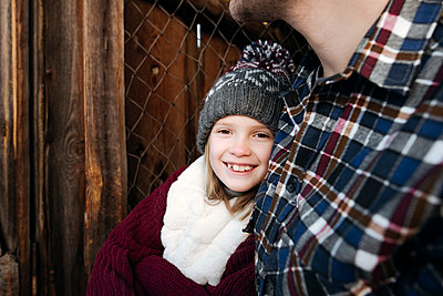 Portrait of smiling girl with her father outdoors in winter - p300m2160067 by Ekaterina Yakunina