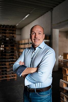 Portrait of a confident businessman in a factory - p300m2170041 by Daniel Ingold