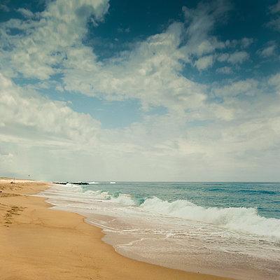 France, Nouvelle-Aquitaine, Contis, Clouds over Contis Plage beach - p300m2170760 by Dirk Wüstenhagen