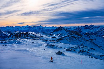 Skier in mountains at dusk, Cervinia, Italy - p429m1103117 by Francesco Meroni