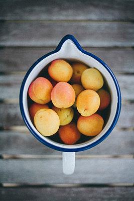 Aprikosen in einer Kanne - p946m823753 von Maren Becker