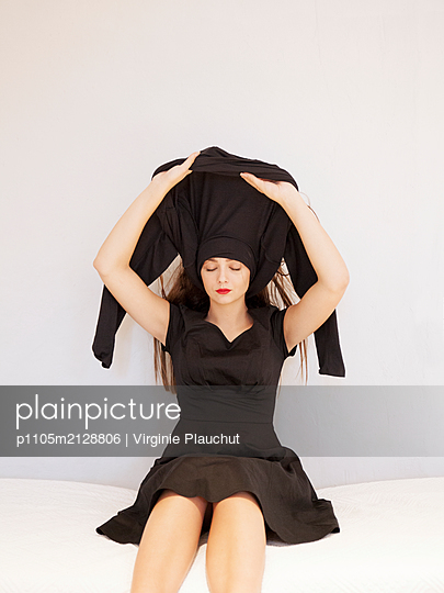 Young woman wearing black dress - p1105m2128806 by Virginie Plauchut