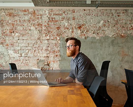 Junger Mann am Arbeitsplatz - p1124m1150213 von Willing-Holtz