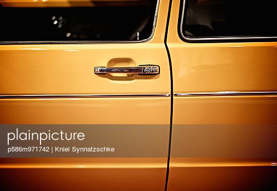 Türgriff an der Autotür - p586m971742 von Kniel Synnatzschke
