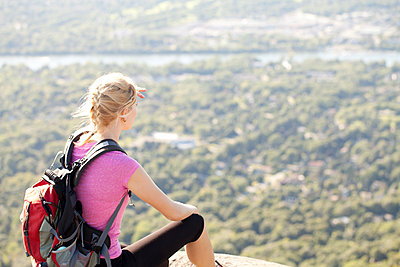Young woman hiking up to the top of a mountain - p1166m2247070 by Cavan Images