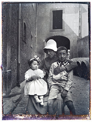 Vintage family photograph - p265m1424816 by Oote Boe