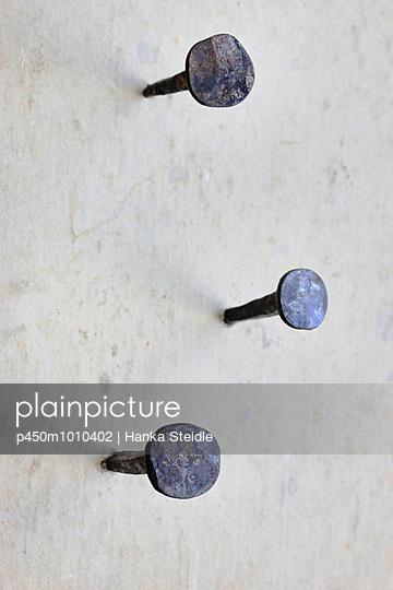 Nägel in der Wand - p450m1010402 von Hanka Steidle