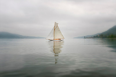 Germany, Baden-Wuerttemberg, Lake Constance, sailing boat in mist near Bodman - p300m973559 by Holger Spiering