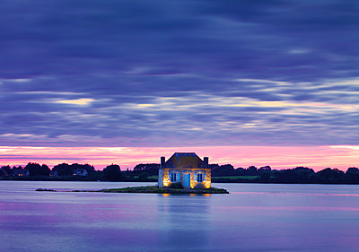 France, Brittany, Morbihan, Belz, Etel river, St. Cado, house on the island of Nichtarguer at dusk - p651m2032699 by Shaun Egan
