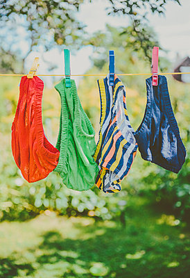 Wäsche trocknen - p970m1040398 von KATYA EVDOKIMOVA