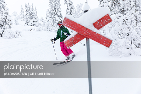 plainpicture - plainpicture p312m2052120 - Person skiing, trail markin... - plainpicture/Johner/Ulf Huett Nilsson