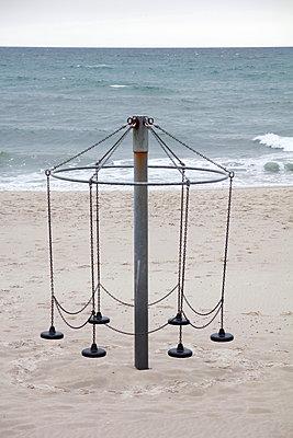 Karussell am verlassenen Strand  - p039m1492667 von Christine Höfelmeyer