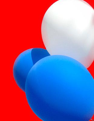 Luftballons vor rotem Hintergrund - p1190m1502443 von Sarah Eick